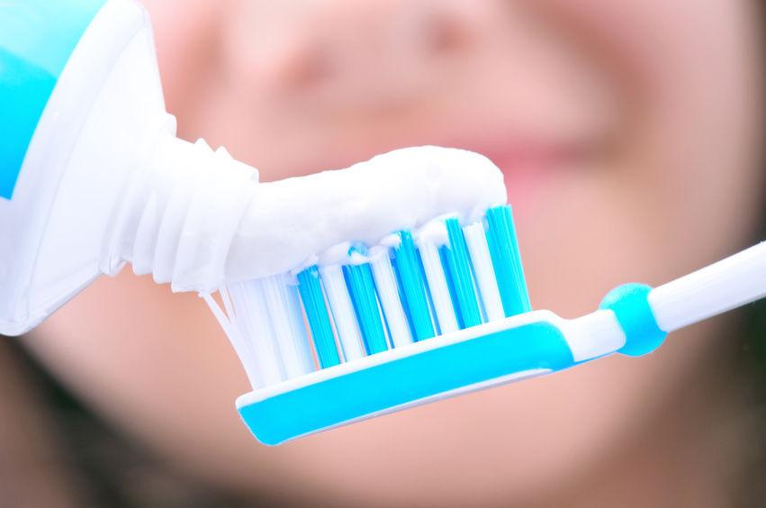 Mājās pagatavojama pasta, kas ārstēs kariesu, nostiprinās smaganas un izbalinās zobus