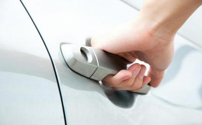 Ko darīt, ka automašīnas atslēgas palikušas ieslēgtas auto salonā?