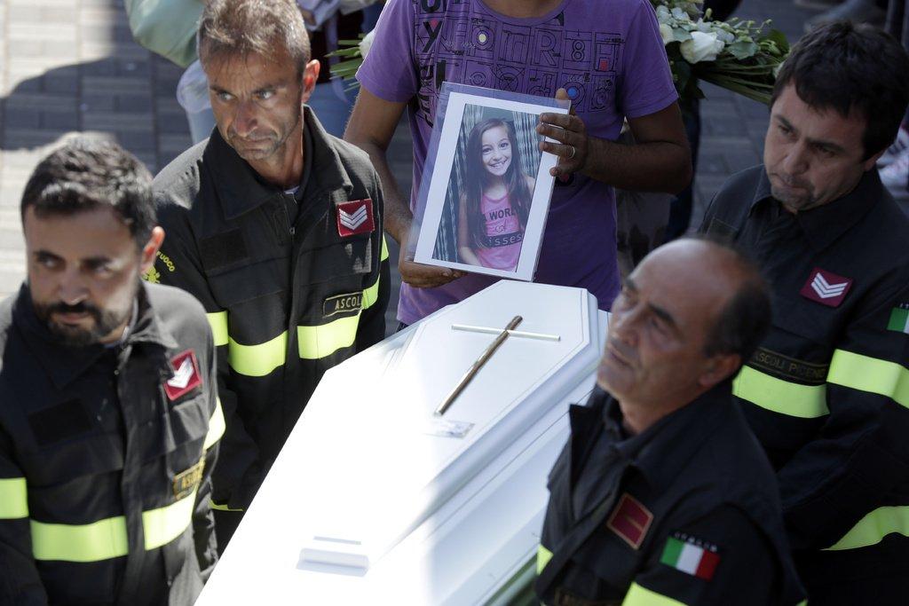 Kad glābēji atrada meiteni, viņa bija mirusi, bet tas, ko viņi atrada zem meitenes līķa… (VIDEO)