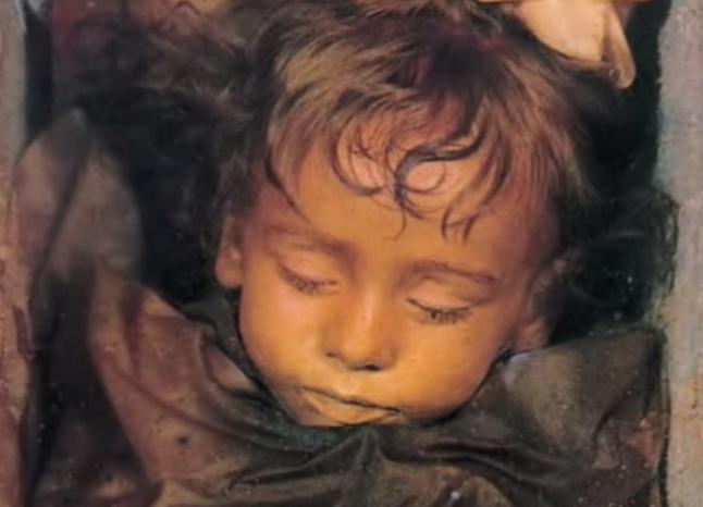 Katru rītu šī mazulīte atver acis, biedējot tūristus. Jo viņa nomira pirms 95 gadiem…