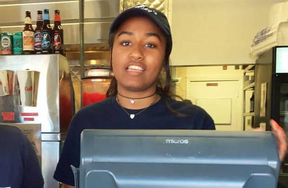 Saša Obama strādā jūras velšu restorānā, kas ir vēl viens piemērs tam, cik ļoti Obamu ģimenē tiek vērtēta vienkāršība