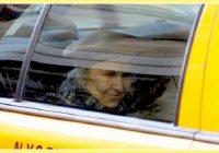 Taksists piebrauca pie vecas kundzītes; viņas lūgums taksistu pārsteidza!
