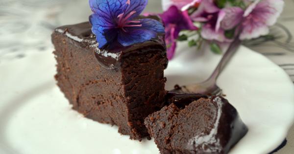 Šī recepte ir atklājums saldummīļiem. Tik garšīgu šokolādes pīrāgu tu vēl nebūsi mēģinājis!