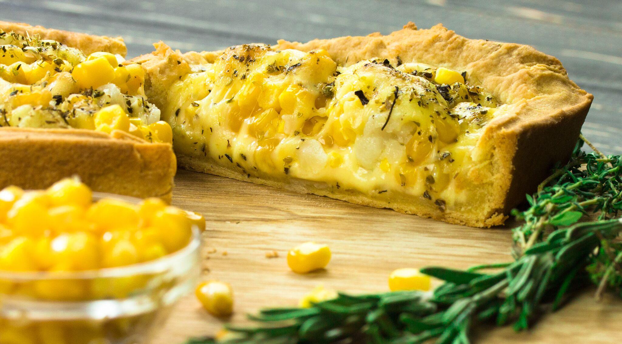 Siera pīrāgs ar kukurūzu un puķkāpostu