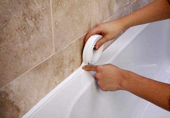 Kā es aiztaisīju spraugu starp vannu un sienu. Noteikti nepieļaujiet manas kļūdas…