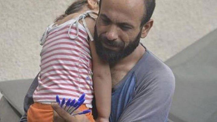 Šis vīrietis ar savu meitu bija spiests pārdot pildspalvas uz ielas. Tikai viena fotogrāfija izmainīja viņu dzīves