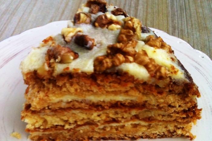 Medus torte: Visvienkāršākā un gardākā recepte ar oriģinālo skābā krējuma krēmu