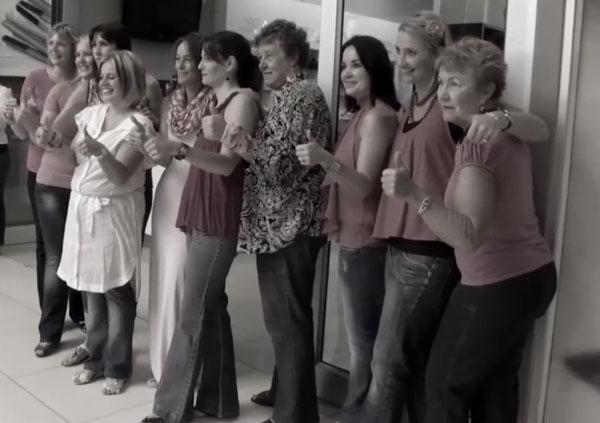Viņu draudzenei atklāja vēzi… Tas, ko šīs sievietes izdarīja, lai sniegtu atbalstu draudzenei ir cieņas vērts