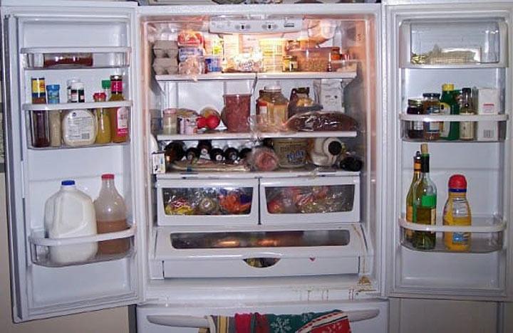 Ja jūs pienu uzglabājat ledusskapja durvīs, nekavējoties pārlieciet to citviet!