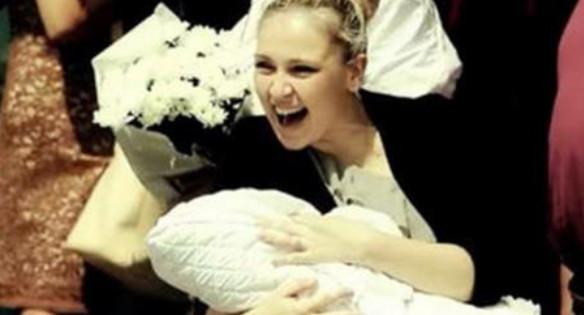 Jaunais tēvs sagaida savu sievu pie dzemdību nama! Medmāsas raudāja aiz saviļņojuma!