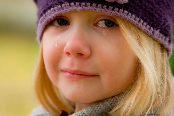 Reiz es no pusdienām gāju uz darbu un ieraudzīju aptuveni deviņus gadus vecu skolnieci, kura nīkulīgi klaiņoja pa ielām un rūgti raudāja, birdinot asaras uz savu violeto jaku…