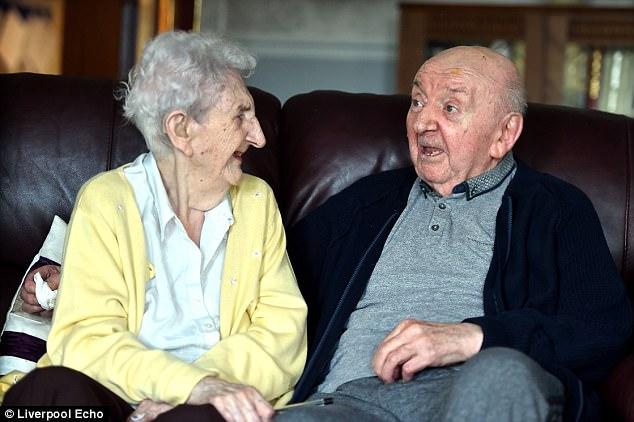 Mamma ir un paliek mamma mūžam: 98 gadus veca omīte pārvācās uz pansionātu, lai koptu savu 80 gadus veco dēlu