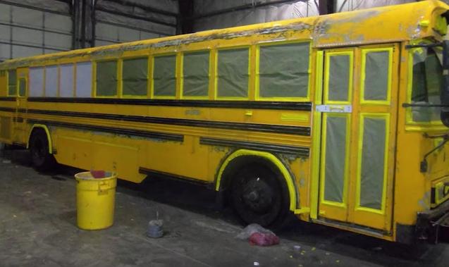 Vīrietis ar savu sievu un trīs bērniem dzīvo skolēnu autobusā. Kad ieraudzīsiet tā interjeru, nespēsiet noticēt savām acīm