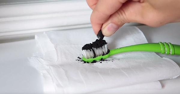 Kā izbalināt zobus izmantojot aktīvo ogli. Vēl dīvaināku balināšanas veidu neesmu redzējis!
