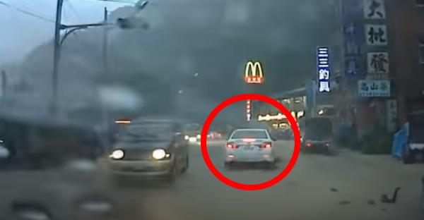 Autovadītājs kļuva par aculiecinieku īstam brīnumam. Sekojiet baltajai automašīnai!