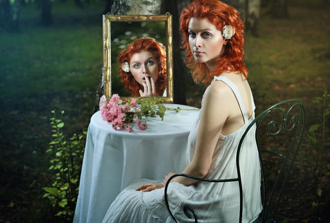 Ko nekādā gadījumā nedrīkst darīt spoguļa priekšā?