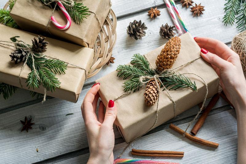 5 idejas, kā skaisti un stilīgi iesaiņot dāvanas