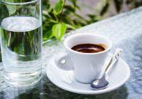 Kāpēc kafiju vajadzētu uzdzert ar ūdeni