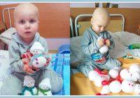 Šis onkoloģiski slimais mazulis pats uztaisīja rotaļlietas, lai savāktu naudu ārstēšanai