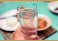 Patiesībā maltītes laikā nevar dzert ūdeni vai citus dzērienus. Tas tiešām nav nieks