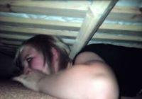 Viņa paslēpās zem gultas, lai pārbaudītu, vai puisis viņai ir uzticīgs…