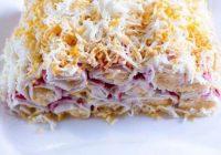 Šie salāti aizēno gan siļķi kažokā, gan rasolu! Pildītas krabju nūjiņas