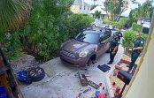 No mājas bija dzirdami sievietes kliedzieni. Policisti, kas bija ieradušies, smējās līdz pat asarām