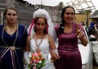 Līgavai 12 gadi, mammai 24 gadi, vecmāmiņai 36, čigānu meitenes ātri kļūst par jaunajām māmiņām