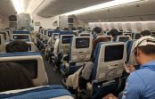 Mamma lidmašīnas pasažieriem izdalīja 200 maisiņus ar … un zīmīti, gadījumam, ja bērns sāks raudāt