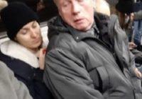 Kā večuks atriebās sievietei, kas viņam neiedeva vietu metro vilcienā. Šāda bezkaunība tiešām satriec!