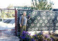 Sieviete atklāja oriģinālu veidu, kā lēti uzbūvēt žogu un siltināt māju