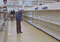 Sirdi plosošs fotoattēls ar vecu kungu, kuru ieskauj tukši lielveikalu plaukti. Pasaule 2020. gadā