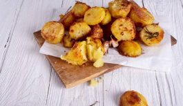 Kartupeļi savā sulā – tik garšīgi, ka gribēsiet tos gatavot katru dienu