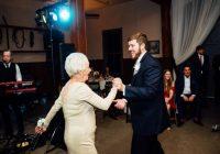 Līgavaiņa vecmāmiņa uz kāzām uzaicināja viņa bijušo draudzeni. Līgava izskrēja no zāles, izdzirdot viņas vārdus
